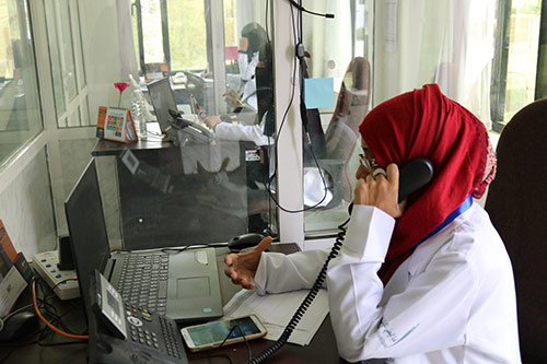 A counsellor takes a phone call at one of the UNFPA-supported hotlines. © UNFPA Yemen