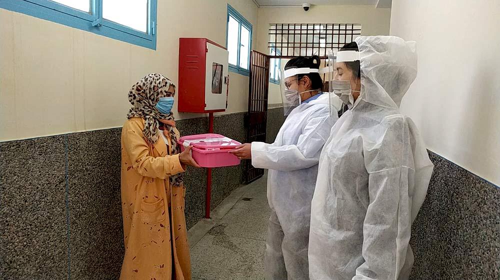 توزيع معدات الحماية وإمدادات النظافة الشخصية على العاملين الصحيين ، من بين أشكال أخرى من الدعم. © صندوق الأمم المتحدة للسكان ، المغرب