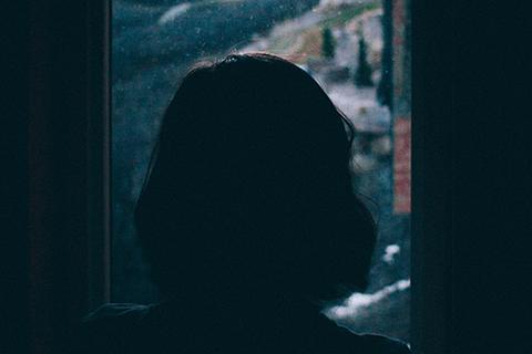 تبين المعلومات التي جمعها صندوق الأمم المتحدة للسكان في عام 2019 أن العنف القائم على النوع الاجتماعي لا يزال متفشيا في حياة النساء والفتيات السوريات. © أليك دوغلاس