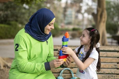 """رشا: """"أهم شئ هو أن يحصلا على تعليم مناسب."""" © صندوق الأمم المتحدة للسكان- روجيه أنيس"""