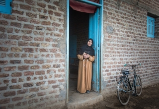 ترحب هدى بالناس في بيتها في صعيد مصر. وهي تقوم بدور قيادي في إقناع الناس بالتخلى عن عادة الختان. © UNFPA Egypt / سيما دياب