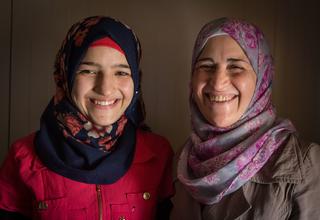 تقدم صبا ووالدتها، ازدهار، جلسات لرفع الوعي لدى الفتيات في المدراس حول صحتهن وفوائد استكمالهن في التعليم. نخبرهن بما يمكن أن يحدث لأولئك اللاتى  يتسربن من التعليم ويبدأن أسرة © UNFPA Jordan / سيما دياب