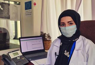 تقول إشراق إن عدد المكالمات على الخط الساخن لرعاية الصحة النفسية ارتفع منذ وصول الوباء إلى اليمن. © صندوق الأمم المتحدة للسكان اليمن