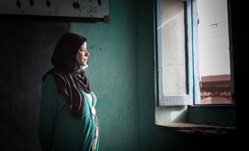 شيماء علي ، خضعت للختان وهى تقريباً فى العاشرة من عمرها. الان هى تدعو إلى القضاء على الختان في مجتمعها وترفض تشويه طفلتها.
