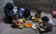 في الصورة: أسرة، تعولها امرأة في تعز، تتناول وجبة الغذاء. © مكتب صندوق الأمم المتحدة للسكان في اليمن
